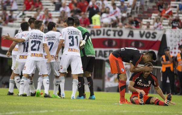 Acá se abrió. Martínez saluda a Alario, a quien le cometieron el penal que le permitió a los millonarios ponerse en ventaja. Fue una jugada muy discutida por los cerveceros.