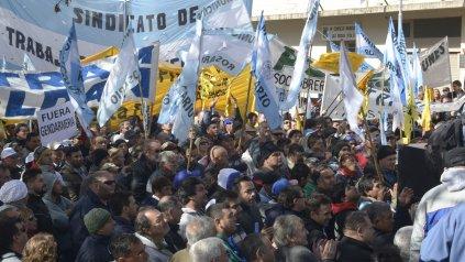 Movilización. Hace una semana en Las Rosas los municipales provinciales respaldaron reclamos de hace casi 5 meses.