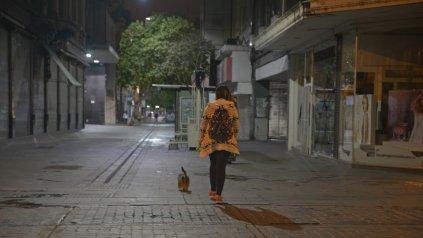 En soledad. El poco movimiento y la escasa iluminación que hay en las noches sobre las peatonales genera preocupación y temor.