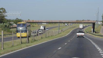 La autopista a Córdoba, escenario de hechos de inseguridad. A pesar de los operativos que se realizan en la zona, los asaltos son recurrentes. (Foto La Capital/Archivo: S. S. Meccia)
