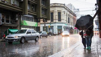 Lluvia en la peatonal Córdoba en Rosario.