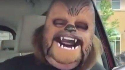 Video de risa que contagia rompe records y hace que se agote máscara de Chewbacca