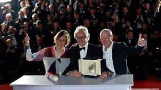 El Oro. Kean Loach (centro) muestra el galardón junto a la productora y el guionista de Yo, Daniel Blake.