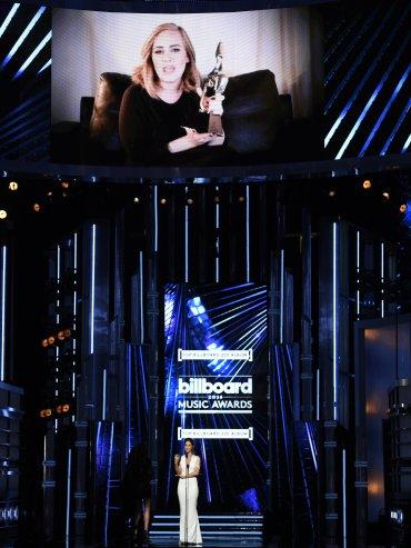 Adele fue reconocida como la mejor artista del año, además de mejor artista femenina, mejor canción con mayores ventas por Hello y Top Billboard 200 Album por 25.