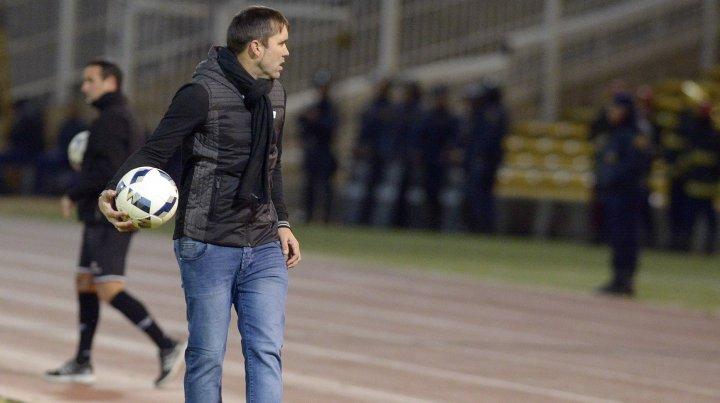 El dueño del balón. Coudet sufrió la derrota canalla en Córdoba y fue expulsado tras reclamarle a los gritos al árbitro Rapallini por la roja a Salazar.