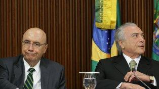 Plan de gobierno. El ministro de Economía, Henrique Meirelles, presenta junto a Temer el paquete de medidas.