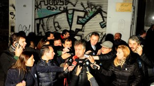 Operativo. El fiscal Carlos Stornelli enfrentó a la prensa en la vereda del hotel donde fue hallado el chico.