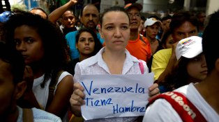 En las calles. La escasez crónica de alimentos y medicinas es el pan diario de los venezolanos.