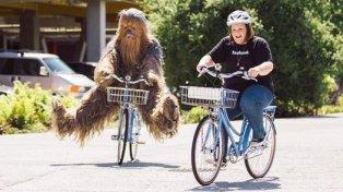 Candace Payne y Chewbacca pedalean por las calles de Facebook, en Menlo Park.