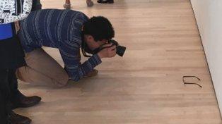 Colocaron unos lentes en el piso de un museo y los turistas creen que es una obra de arte