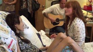 La cantante Florence Welch, líder de Florence + The Machine, dio un minirecital a una joven enferma de cáncer.