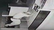 Una cámara de seguridad registró el acto sexual entre un hombre y un caño de desagüe