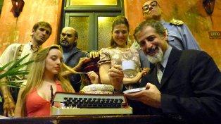 equipo. El elenco dirigido por Fabián Fiori (derecha), en El Cairo, una postal clásica.