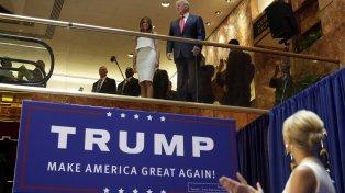Trump y su esposa Melania ayer en Bismarck, Dakota del Norte, junto a delegados republicanos.