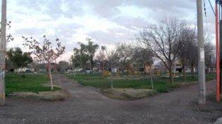 La madre obligó al niño a correr desnudo a la vista de todos en una plaza del barrio Luis Piedrabuena.
