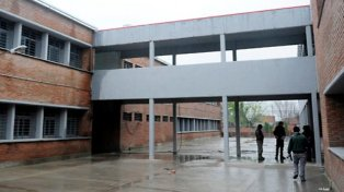 En la puerta de la escuela se produjo la pelea. (Foto de archivo).