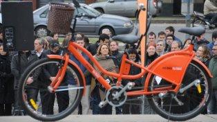Bici para dos. La bicicleta tiene dos asientos, lo que permite que un disminuido visual pueda desplazarse junto a un acompañante.