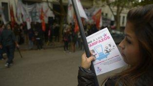 Protesta. Los afectados repartieron folletos y reclamaron en la calle.