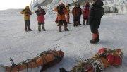 Montañistas nepalíes realizando operaciones para bajar cuerpos. Los helicópteros llegan hasta el Campamento 2, ubicado a 6.400 metros.