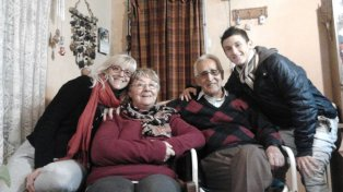 En familia. Con mamá Alejandra y los abuelos Bety y Miguel, el Rayo Fértoli en la intimidad. Dijo que le gusta la cumbia santafesina y que se la rebusca bastante bailando.