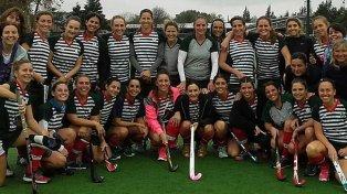Sonrisas compartidas. Las chicas y la felicidad de compartir el equipo con Luciana Aymar, que jugó tras cinco meses.