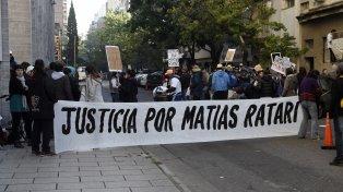 En tribunales. Amigos de Matías Ratari, quien murió tras recibir un balazo en Cochabamba al 300 el 16 de abril.