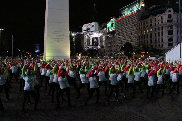 Unas 1400 personas realizaron una performance del Obeslisco junto a Mora Godoy.