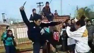 Escándalo por la aparición de un video de una pelea con cuchillos y cadenas en la puerta de un colegio