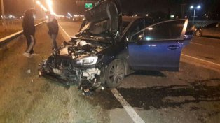 El auto quedó destruido pero sus ocupantes resultaron ilesos. (imagen de Twitter: @martinpigazzi)
