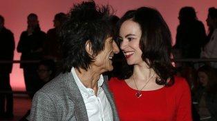 Ron Wood, de 68 años, miembro de The Rolling Stones, y su mujer, Sally Wood, de 38 años, actriz y productora teatral, fueron padres de gemelas.