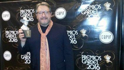Trofeo. Enrique Llopis muestra su distinción en el teatro Gran Rex, tras llevarse el Premio Gardel 2016 al mejor álbum artista canción testimonial y de autor.