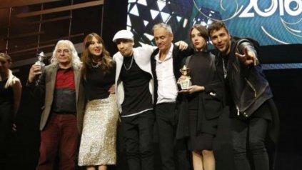 Los hijos de Luis Alberto Spinetta recibieron el Gardel de Oro.