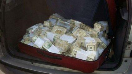 Una de las valijas con dinero que sacaron del monasterio de General Rodríguez.