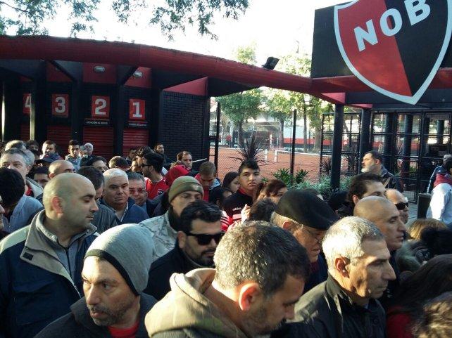 Los socios de Newell's se apostaban desde temprano en las puertas del estadio cubierto.