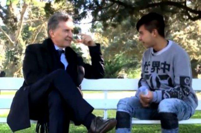 Mauricio Macri y Nahuel, el estudiante rosarino que entrevistó al presidente.