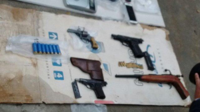 Parte de las armas secuestradas esta mañana en Cañada de Gómez y Las Parejas.