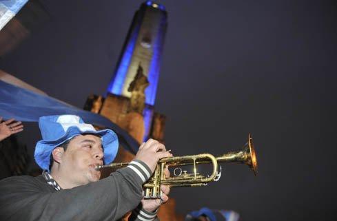 Frente al pie del Monumento no faltó el ritmo musical que llevaron adelante tres trompetistas.