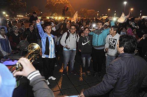 Los rosarinos que se juntaron en el Monumento pidieron a viva voz el regreso de la Pulga a la selección.