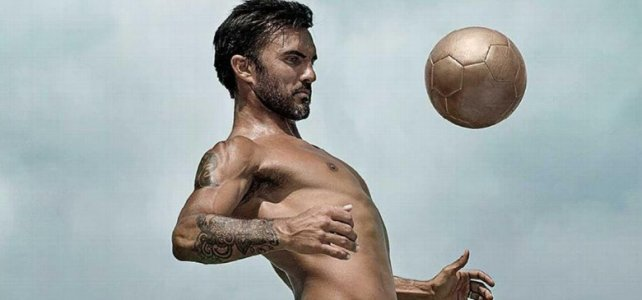 Fabián Cubero no tuvo pudor en mostrarse desnudo.