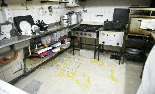 Alimentos desparramados en la cocina del Normal.