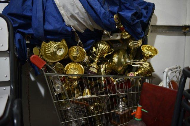<div>El grupo de vándalos que ingresó revolvió todo, pero dejó los trofeos y premios sobre un carrito de supermercado.</div>