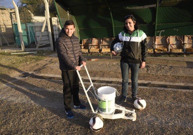 Tanto Natalia como el jugador mariano Trejo se arremangaron más de una vez para cuidar el campo de juego del PSM.