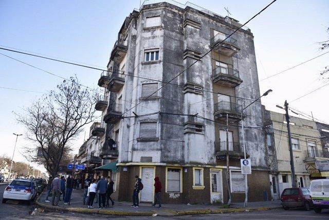 El edificio donde ocurrió la tragedia esta mañana con custodia policial.