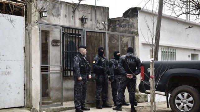 Uno de los domicilios allanados esta mañana, ahora custodiado por efectivos de la policía provincial.