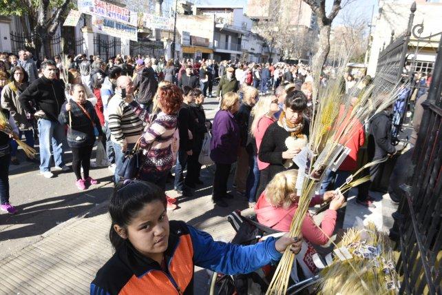 Los fieles llevan las espigas de trigo a San Cayetano.