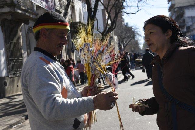 Los fieles llevan espigas de trigo a San Cayetano.