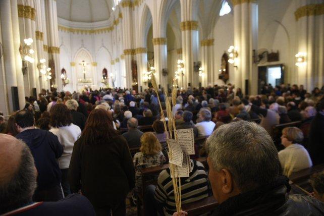 Una multitud pide por trabajo a San Cayetano.