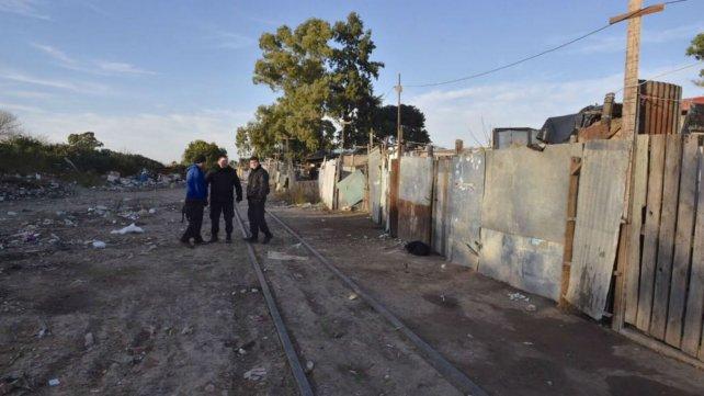 La policía en el lugar donde fue hallado el cadáver esta mañana. Es la zona más humilde de Empalme Graneros.