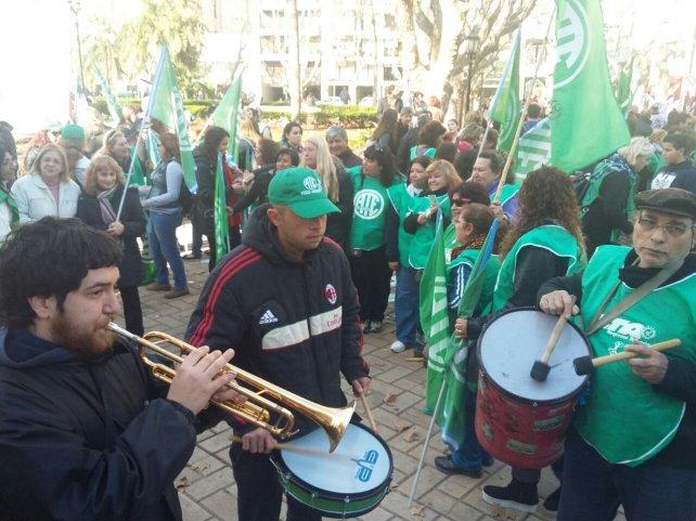 Los estatales se manifestaron frente a la sede local de Gobernación.