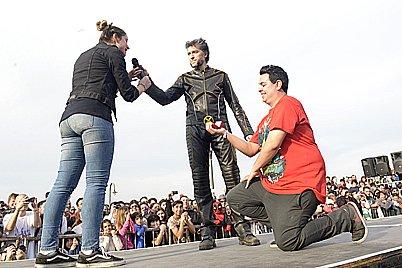 De rodillas, un participante de la convención le pidió casamiento a su novia en pleno desfile.